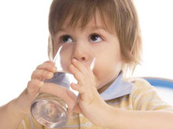 6 lí do nên uống một cốc nước ấm vào mỗi sáng