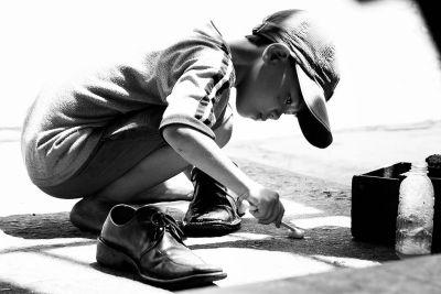 Câu chuyện có thật về cậu bé đánh giày lương thiện trở thành diễn viên nổi tiếng