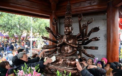 Dúi tiền lẻ vào tay Phật: Văn hóa người Việt ở đâu?
