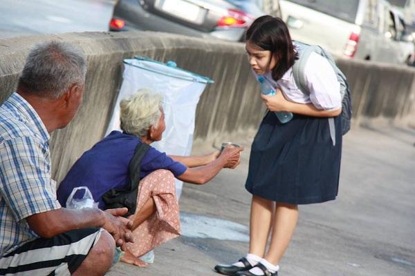 Giúp con trẻ vượt qua thói tham ăn và ích kỷ