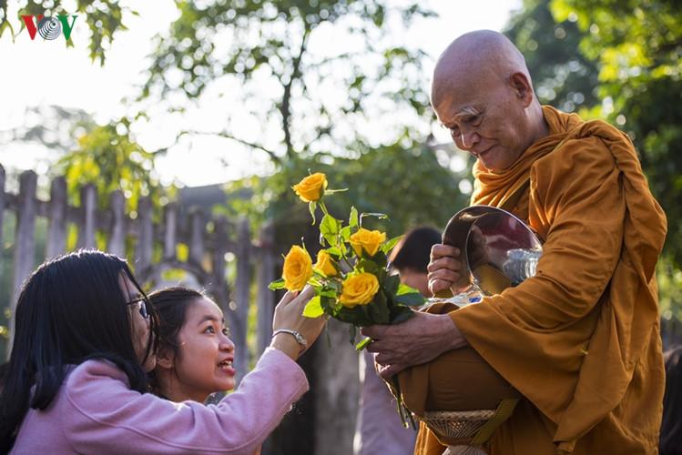 Mang y bát đẹp bị Phật quở