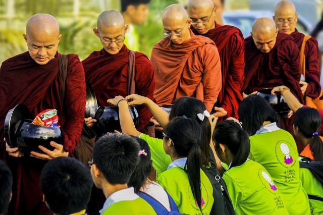 Nét đẹp trì bình khất thực trên đất Thái Lan