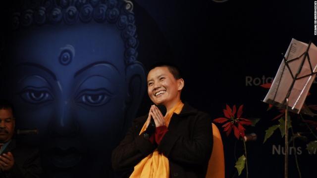 Nữ tu sĩ Phật giáo vút cao tiếng hát giúp đời